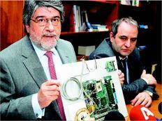 Ντίνος Ρόβλιας. Ο υφυπουργός Περιφερειακής Ανάπτυξης και Ανταγωνιστικότητας παρουσιάζει τον ηλεκτρονικό µηχανισµό που είχε τοποθετηθεί σε αντλία πρατηρίου καυσίµων µε σκοπό την παραποίηση των ενδείξεών της ώστε να εξαπατηθούν οι καταναλωτές