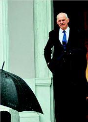 Ο Πρωθυπουργός αναχωρεί, χθες, υπό βροχήν από το Μαξίµου. Στις συσκέψεις που  προηγήθηκαν ζήτησε από τα στελέχη της κυβέρνησης να τελειώνουν γρήγορα µε τις  εκκρεµότητές τους