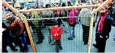 Στιγµιότυπο από διαµαρτυρία το Σάββατο στην Κωνσταντινούπο- λη, όπου µέλη του Δικτύου Αλληλεγγύης στους Μετανάστες έστησαν ένα οµοίωµα φράχτη, προκειµένου να εκφράσουν την αντίθεσή τους στα σχέδια της Αθήνας για τον Εβρο