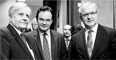 Ο υπουργός Οικονοµικών  Γιώργος Παπακωνσταντίνου (στο κέντρο) µε τoν επίτροπο για τις οικονοµικές και νοµισµατικές υποθέσεις της Ε.Ε. Ολι Ρεν  (δεξιά) και τον πρόεδρο της Ευρωπαϊκής Κεντρικής Τράπεζας Ζαν-Κλοντ Τρισέ σε παλαιότερη συνεδρίαση του ECOFIN στις Βρυξέλλες, όπου δεν αντιµετωπίζουν πλέον την Αθήνα ως µαύρο πρόβατο αλλά ως µια χώρα που αντιµετωπίζει προβλήµατα δηµοσιονοµικά και ανταγωνιστικότητας