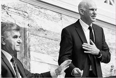 Ο Γ. Παπανδρέου µε τον  Φ. Πετσάλνικο µετά το τέλος της  οµιλίας του στην Κ.Ο.  Ο Πρωθυπουργός τόνισε: «Μας  κατηγόρησαν ότι πολλά από αυτά που  κάναµε δεν ήταν σοσιαλιστικά. Οµως,  η συντριπτική πλειονότητα όσων  κάναµε ήταν στο πρόγραµµά µας»