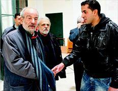 Ρόλο διαπραγµατευτή στις συζητήσεις µε τους µετανάστες (από όπου και η φωτογραφία) ανέλαβε ο Αλέκος Αλαβάνος