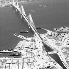 Ο χώρος που είχε δηµιουργηθεί για το εργοτάξιο (αριστερά κάτω στη φωτογραφία) για την  κατασκευή της γέφυρας Ρίου - Αντιρρίου είναι από τα πρώτα ακίνητα που θα αξιοποιηθούν, καθώς  υπάρχουν ενδιαφερόµενοι οι οποίοι θέλουν να φτιάξουν µαρίνα και ξενοδοχεία