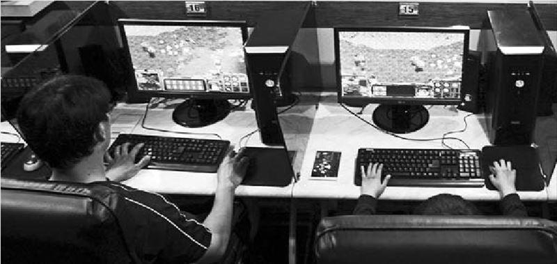 Ανήλικοι παίζουν στο Ιντερνετ (φωτογραφία αρχείου). Οι ειδικοί επισηµαίνουν ότι χρειάζεται έλεγχος και λελογισµένη χρήση και όχι πλήρης απαγόρευση της πρόσβασης στο Διαδίκτυο
