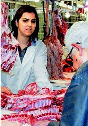 Νέα... άφιξη στα κρεοπωλεία είναι η ειδική πινακίδα που θα πρέπει να έχουν τα προϊόντα τους η οποία θα ενηµερώνει αν προέρχονται από ζώα που έχουν τραφεί µε γενετικά τροποποιηµένες ζωοτροφές ή όχι