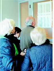 Ασφαλισµένοι του ΙΚΑ ψάχνουν να βρουν γιατρό µέσω λίστας. Εκτός της ταλαιπωρίας αναµένεται  και να αυξηθούν οι εισφορές των συνταξιούχων για την ιατροφαρµακευτική περίθαλψη. Η αρχή  γίνεται µε τους συνταξιούχους του ∆ηµοσίου