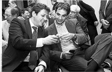 Ο Μιλτιάδης Βαρβιτσιώτης (αριστερά) και ο Κυριάκος Μητσοτάκης (δεξιά), γόνοι και οι δύο µεγάλων πολιτικών οικογενειών της Κεντροδεξιάς,  εµφανίζονται επιφυλακτικοί για την τακτική που ακολουθεί η Ν.∆. καταλήγοντας στο κοινό συµπέρασµα ότι η δεν πρέπει να εγκλωβιστεί  στη γραµµή της λεγόµενης Λαϊκής ∆εξιάς που εκφράζεται από συνεργάτες του Αντώνη Σαµαρά. Η φωτογραφία αρχείου από εκδήλωση της  Γραµµατείας Παραγωγικών Τάξεων του κόµµατος