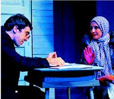Ο Γιάννης Λεάκος και η Σοφία Κορώνη  στην παράσταση «Εγκληµα, τιµωρία, λεφτά,  δολοφονία συνταξιούχου»