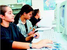 Μαθητές χρησιµοποιούν υπολογιστές στο σχολείο (φωτογραφία αρχείου). Τώρα θα µπορούν οι µαθητές της Γ' Λυκείου να έχουν µέσω  Ιντερνετ και σχολικά βοηθήµατα για τις Πανελλαδικές Εξετάσεις