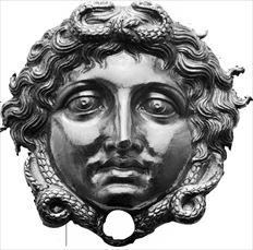 Ενα από τα δύο ολόχρυσα κεφάλια  Μέδουσας που βρέθηκαν στον τάφο του  Φιλίππου Β' (336 π.Χ.) και θα ταξιδέψουν στο Ashmolean  Μuseum της Οξφόρδης για την έκθεση «Από τον Ηρακλή  στον Μεγάλο Αλέξανδρο. Θησαυροί από την αρχαία  πρωτεύουσα των Μακεδόνων στα χρόνια της ∆ηµοκρατίας»