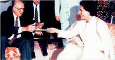 Ο Ανδρέας  Παπανδρέου  επισκέπτεται  τον Καντάφι  στην Τρίπολη  το 1984. Τότε  υπογράφτηκε  συµφωνία για  επενδύσεις  ύψους ενός  δισ. δολαρίων