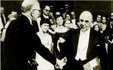 Η απονοµή  του Νοµπέλ  Λογοτεχνίας  στον Γιώργο  Σεφέρη  (δεξιά) το  1963, µια από  τις κορυφαίες  στιγµές της  ελληνικής  ποίησης