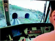 Επειτα από διαπραγµατεύσεις τριών µηνών η Πανελλήνια  Οµοσπονδία Σιδηροδροµικών αποφάσισε χθες να προχωρήσει  στην υπογραφή της πρώτης µεταµνηµονιακής συλλογικής σύµβασης  εργασίας στον ΟΣΕ και στην ΤΡΑΙΝΟΣΕ