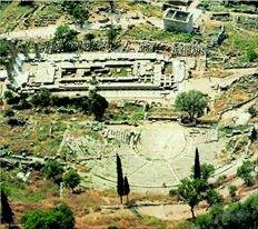 Το αρχαίο θέατρο των Δελφών απέκτησε µνηµειακή µορφή χάρη στη χορηγία του βασιλιά της Περγάµου Ευµένη  Β'. Είκοσι τρεις αιώνες αργότερα πρόκειται να αναστηλωθεί και πάλι µε ιδιωτική πρωτοβουλία και µε τα χρήµατα  που συγκέντρωσε η κίνηση πολιτών «Διάζωµα»