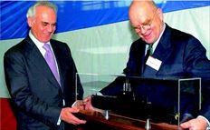 Ο τότε (Φεβρουάριος 2001) υπουργός Αµυνας Ακης Τσοχατζόπουλος (αριστερά) µε τον πρόεδρο της κατασκευάστριας εταιρείας των υποβρυχίων  Χάνφριντ Χάουν (δεξιά) χαµογελούν κοιτώντας τη µακέτα ενός από τα τέσσερα υποβρύχια που παρήγγειλε η Ελλάδα