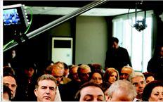 Η τεχνολογία στην  υπηρεσίατου Κινήµατος.  Βουλευτές του ΠΑΣΟΚ (σε  πρώτο πλάνο ουπουργός  Περιφερειακής Ανάπτυξης  ΜιχάληςΧρυσοχοΐδης)  παρακολουθούν την οµιλία  του Γιώργου Παπανδρέου στη  διάρκεια της συνεδρίασης της  Κοινοβουλευτικής Οµάδας  που φιλοξενήθηκε αυτή τη  φορά στη χάιτεκ αίθουσα της  Ιπποκράτους. Την ίδια στιγµή,  µικρός γερανός που φέρει  υπερσύγχρονη ασύρµατη  κάµερα καταγράφειτα  τεκταινόµενα