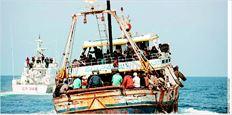 Πλοιάριο µε  µετανάστες  κατευθύνεται  στο ιταλικό  νησί  Λαµπεντούζα  µε τη  συνοδεία της  Ακτοφυλακής  (φωτογραφία  αρχείου). Ενα  άλλο πλοιάριο  όµως δεν είχε  την ίδια τύχη