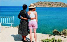 Η Φωτεινή (Ολγα Δαµάνη,  αριστερά) µε την Αλέξις (Ευγενία  Δηµητρακοπούλου, δεξιά)  αγναντεύουν τη Σπιναλόγκα σε  µία από τις τελευταίες σκηνές της  τηλεοπτικής σειράς «Το νησί»  (Mega), που έστρεψε τα φώτα  της δηµοσιότητας στην Ελούντα