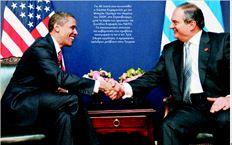 Για 40 λεπτά είχε συναντηθεί  ο Κώστας Καραµανλής µε τον  Μπαράκ Οµπάµα τον Απρίλιο  του 2009, στο Στρασβούργο,  µετά το πέρας των εργασιών της  Συνόδου Κορυφής του ΝΑΤΟ.  Το επικοινωνιακό επιτελείο  της κυβέρνησης είχε προβάλει  πανηγυρικά το τετ α τετ. Τρία  24ωρα αργότερα, ο αµερικανός  πρόεδρος µετέβαινε στην Τουρκία