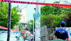 Η Αστυνοµία απέκλεισε χθες το οικοδοµικό τετράγωνο στη Λυκόβρυση όπου βρίσκεται το κοσµηµατοπωλείο του Γ. Αλεξόπουλου, ο οποίος έπεσε νεκρός από τα πυρά των ληστών