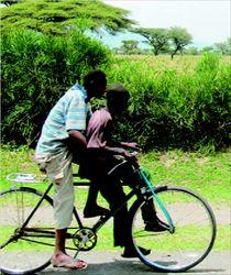 Μία µπίζνα  700 εκάτ.  δολαρίων  δίνει τέλος  στην  ξενοιασιά  και τις  βόλτες  µε το  ποδήλατο  για αυτά τα  παιδιά και  χιλιάδες  πρόσφυγες,  στην  Τανζανία