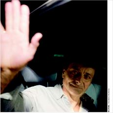 Ο ιταλός πρώην αντάρτης πόλεων Τσέζαρε Μπατίστι χαιρετά καθώς αναχωρεί από τη φυλακή στην Μπραζίλια