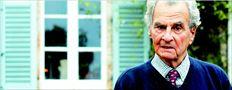 Ο Πάτρικ Λι  Φέρµορ τον  Δεκέµβριο του  2001 έξω από  το σπίτι που  ο ίδιος – µαζί  µε τη σύζυγό  του – σχεδίασε  και έχτισε στην  Καρδαµύλη,  όπου και έµενε  από τις αρχές  της δεκαετίας  του '60